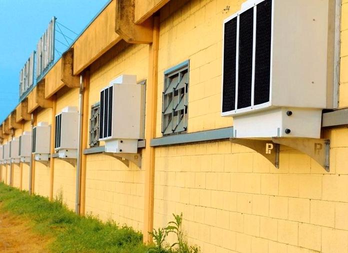 Granja con sistema de Refrigeración Evaporativa. Equipos HUMIBAT . Paneles de plástico PEHD