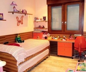 Dormitorio infantil en madera de cebrano