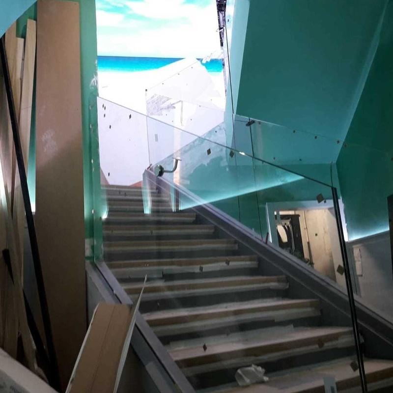 Barandilla de vidrio laminado y templado con pasamanos en acero: Servicios de Vidrios Coruña