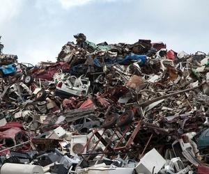 Reciclado de chatarra, cartón y plástico