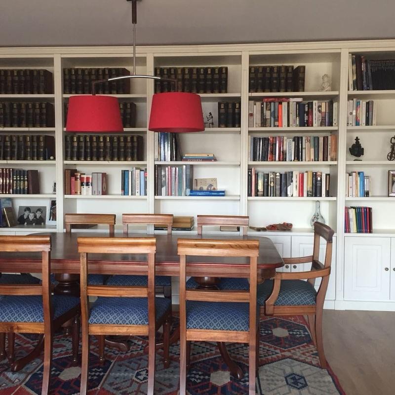 Librería lacada con patina