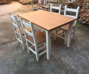 Conjunto de mesa y silla en pino