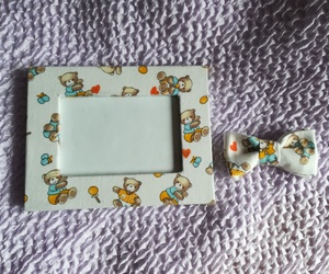 Para bebé: Lira ha creado este Marco para fotos y Pajarita confeccionadas con la misma tela de ositos encantadores.