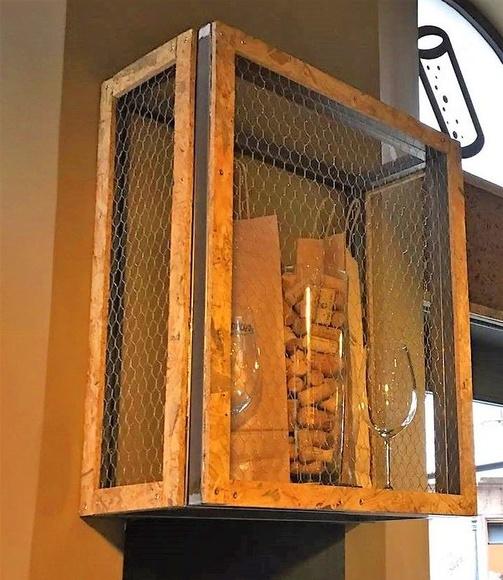 Modulo Botellero en hierro combinado con perfil de corcho y malla gallinero