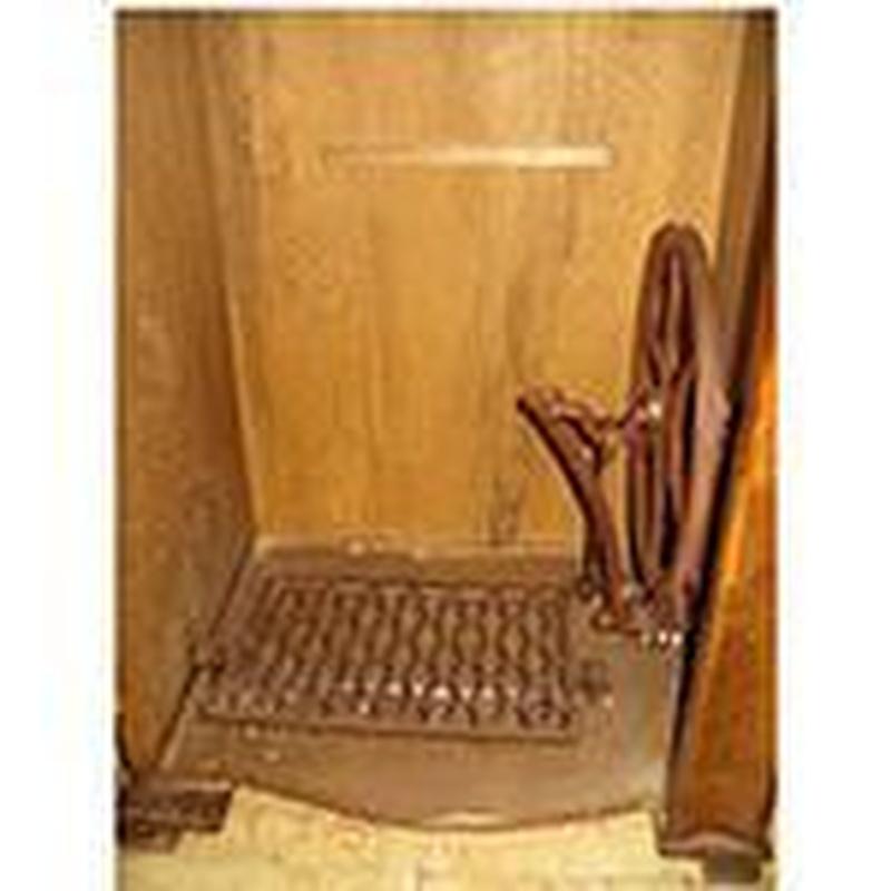 Interior del mueble de coser