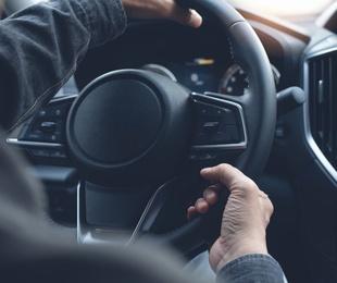 ¿Por qué puede estar dura la dirección de un coche?