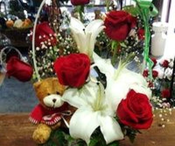 Cesta de rosas y lilium con peluche.