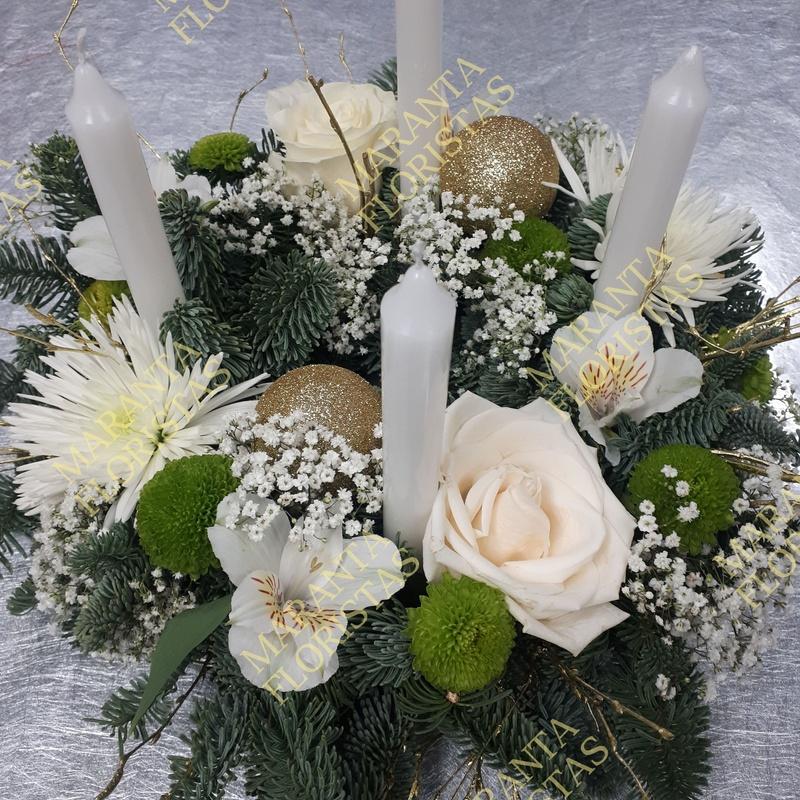 Corona de Adviento con base de pinsapo,rosa,alstroemeria,green code,paniculata y adornos navideños.