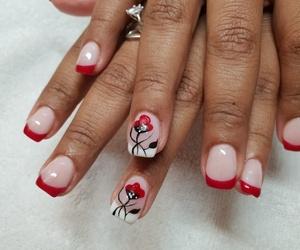 Manicura francesa decoradas en rojo. Diseño floral perfecto para cualquier ocasión.
