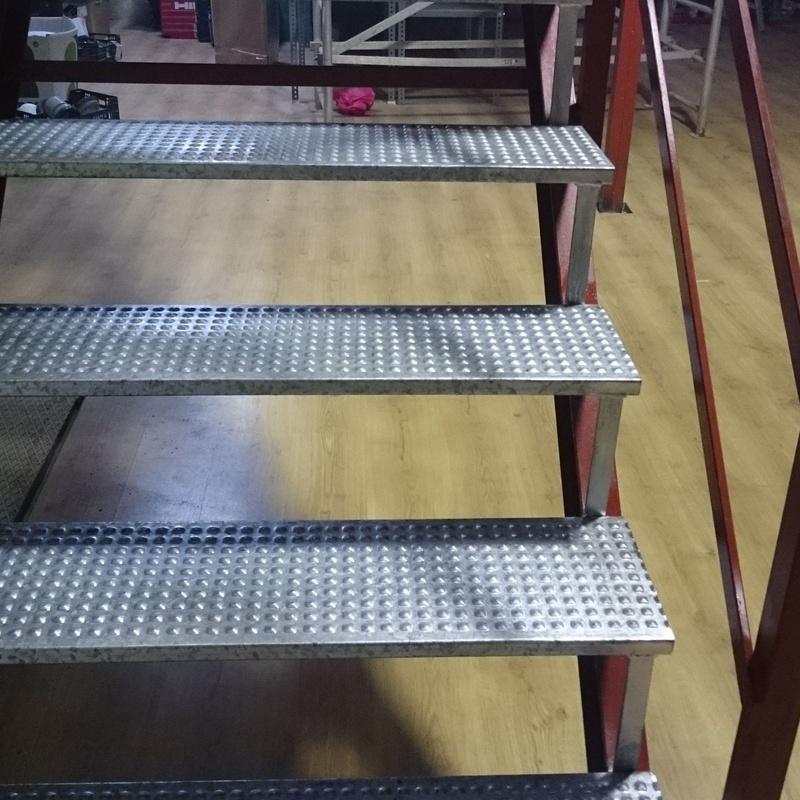 Peldaños anti deslizantes de escalera .