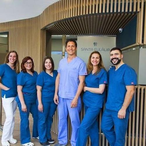 Doctor Carlos Ospina y su equipo de dentistas, atención al paciente y auxiliares dentales
