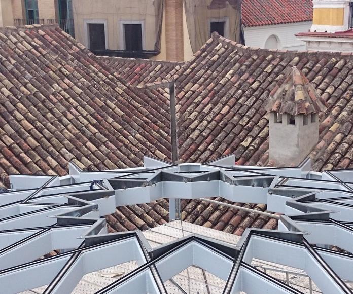 Estructura de acero negro con forma de estrella para montera de vidrio: Nuestros trabajos de Icminox
