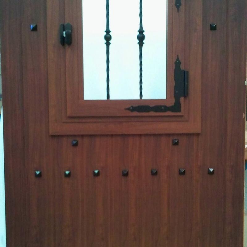 Puerta rústica con ventanillo