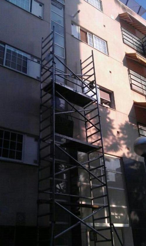 Limpieza de una fachada con andamio