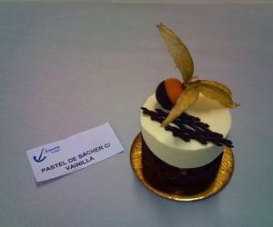 Ración de helado caliente y helado de vainilla acompañado de chocolate y físalis