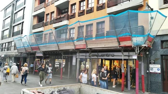 Montaje andamios de aluminio en calle comercial