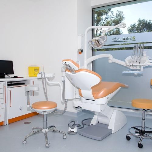 Ofrecemos servicios de implantología, odontopediatría, etc.