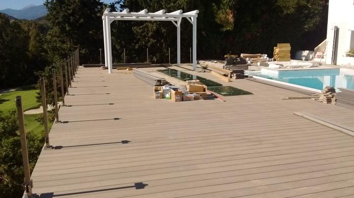 Finalizando la instalación de tarima de sintética de composite sin mantenimiento en Marbella (Málaga). Instaladordetarima.com instalador de tarimas