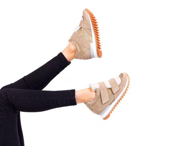 Sneakers beige con cuña y lengüeta