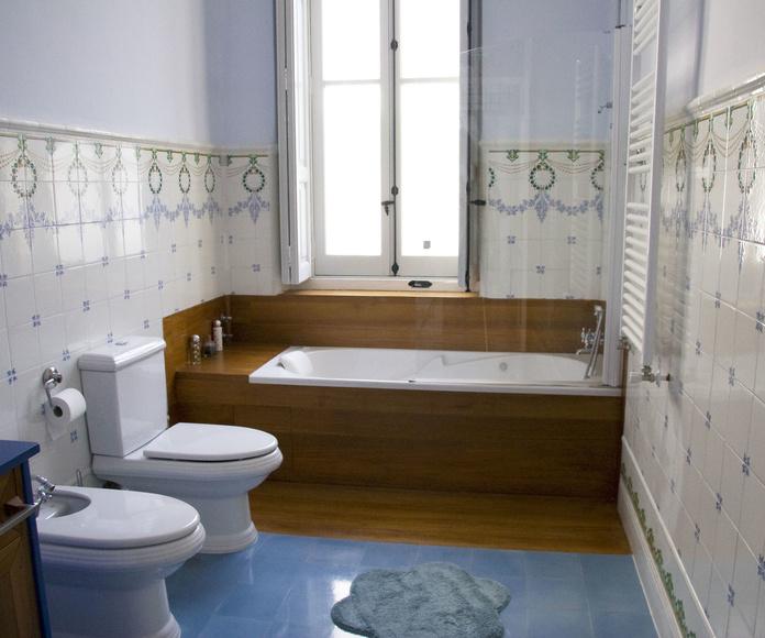 En este baño se combina el alicatado pintado a mano, pavimento hidráulico y madera de Teka.