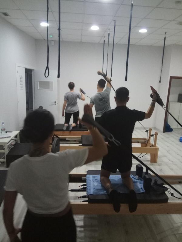 Clases de pilates y zona de fitness en Marín