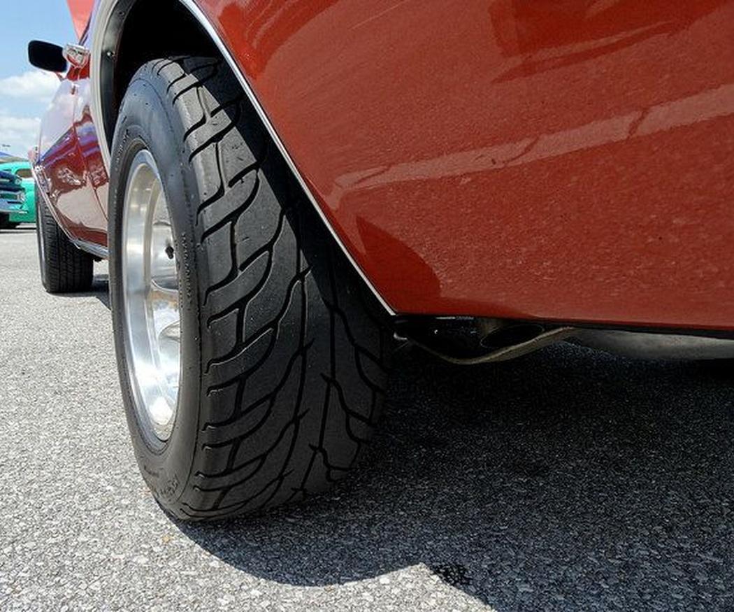 ¿Por qué se desinflan los neumáticos de mi vehículo?