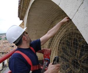 Instalación de redes antipalomas en iglesias