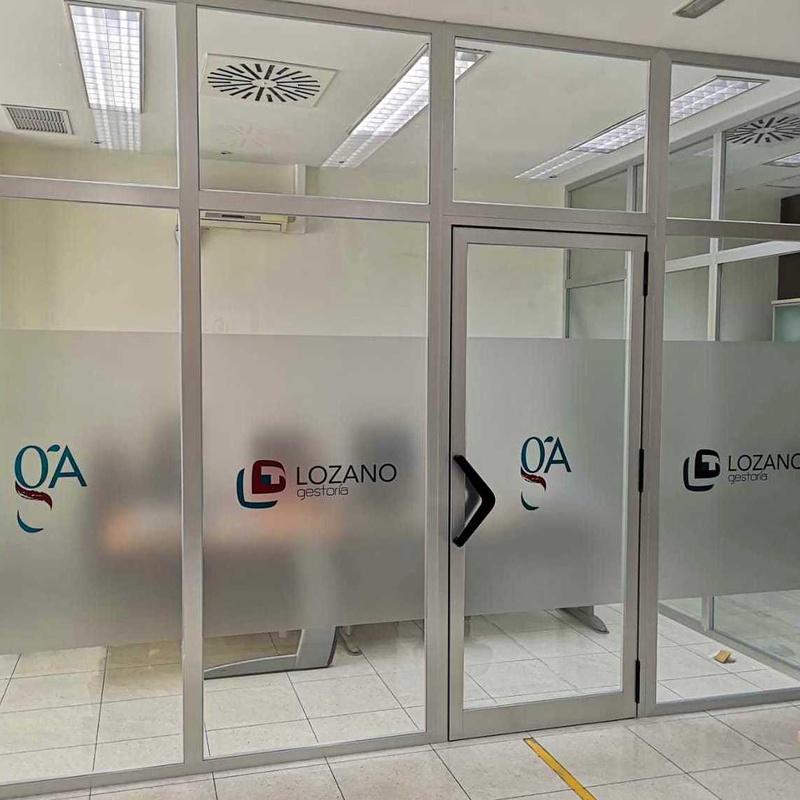 Cerramiento oficinas, aluminio plata y vidrio laminar 3+3