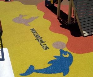 Colocación de suelos de caucho en parques infantiles en Cádiz