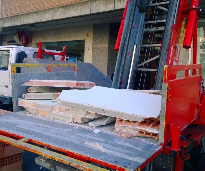 Entre nuestros servicios también desescombramos y subimos material de construcción.