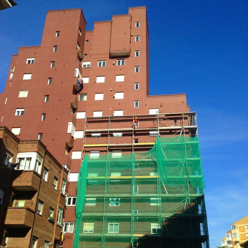 Rehabilitación de fachada de ladrillo visto e impermeabilización en color.