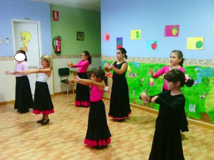 niñas vailando en ludoteca infantil Pequeñajos de Valdemoro