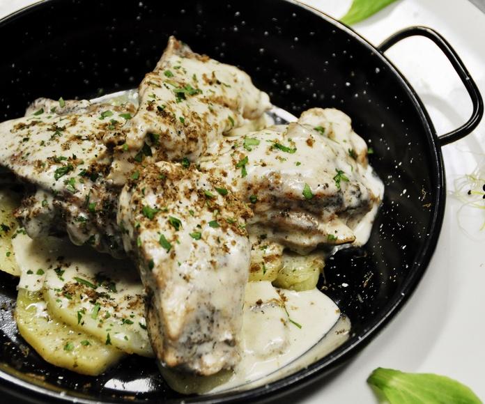 Pollo de corral al cava, con patatas al romero.