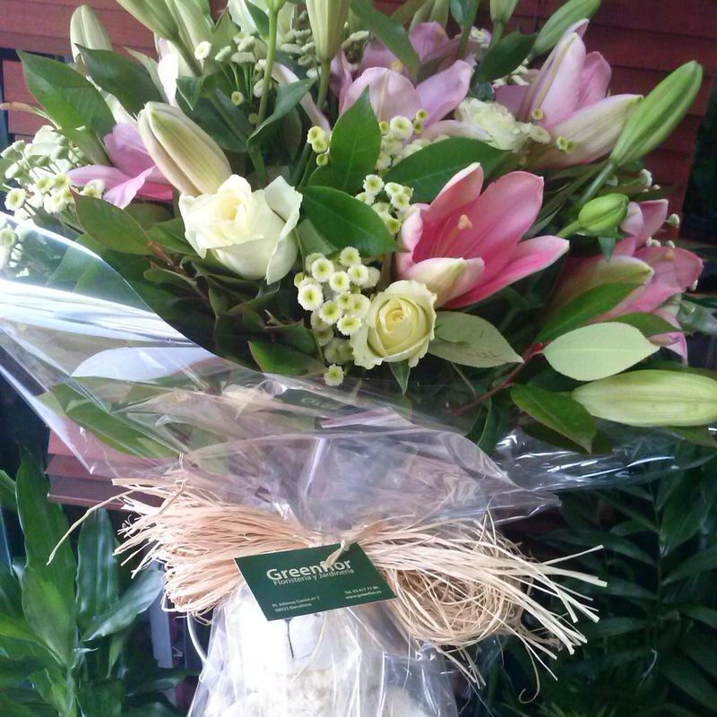 Bouquet de rosas blancas y lilium.