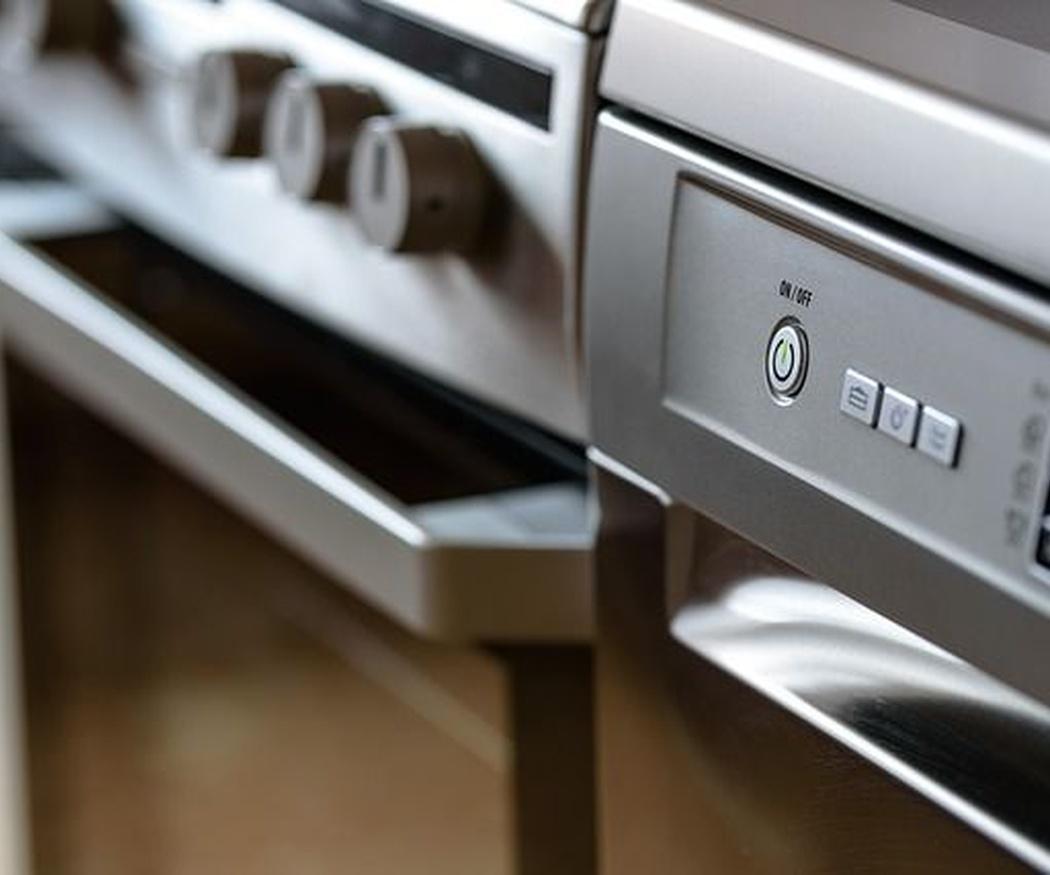 Un error que puede salir caro: aclarar los platos antes de meterlos al lavavajillas