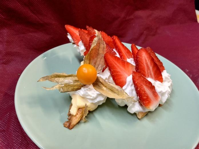 Milhoja de crema,nata y fresas