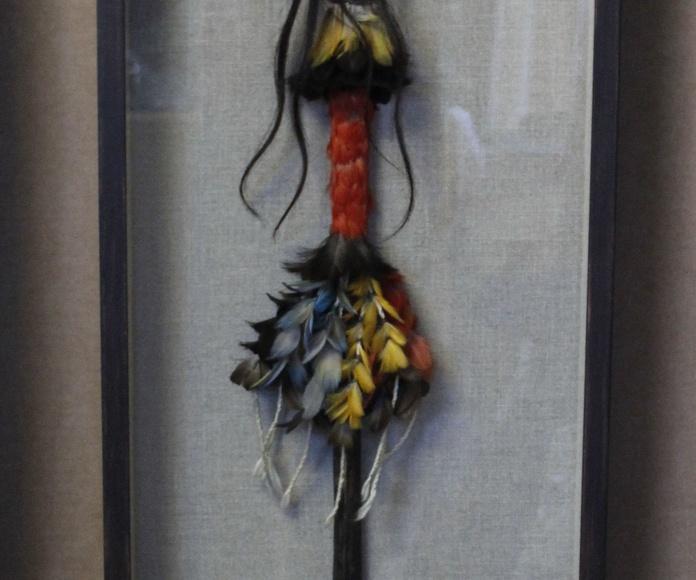 Enmarcación de lanza con moldura decorada artesanalmente en wengué