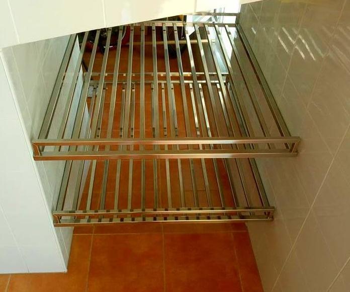 Estantería de acero inoxidable diseñada y fabricada a medida para hueco de escalera de garaje de vivienda particular