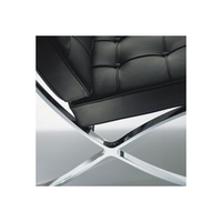 detalle lateral sillón barcelona en piel negra