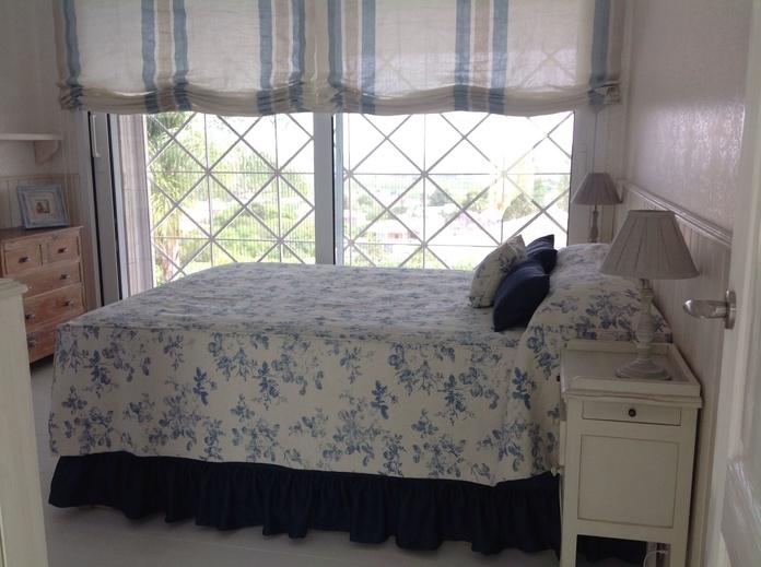 Estores y colcha en telas de lino y algodón