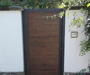 Puerta de hierro imitación madera