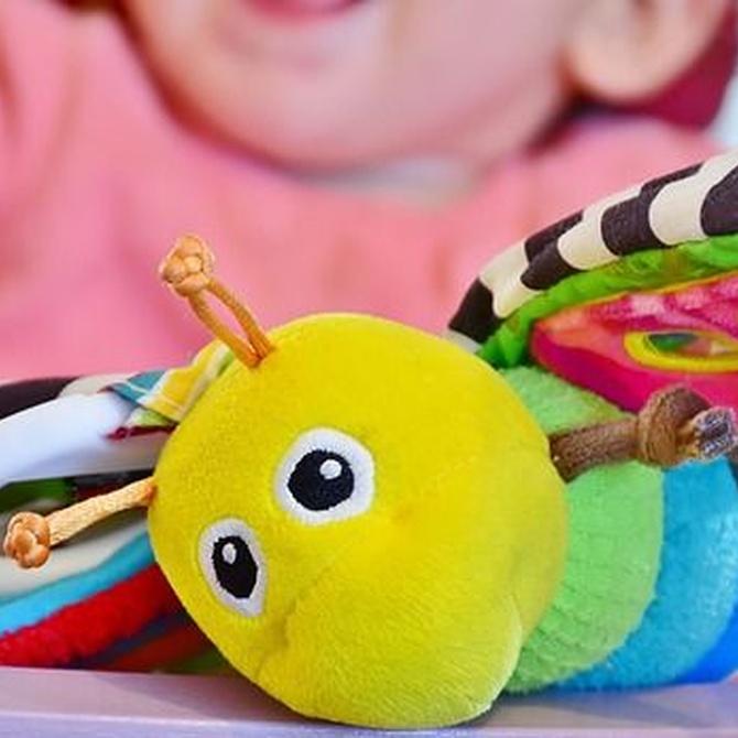 Pros y contras de los sonajeros y los juguetes en el carro infantil