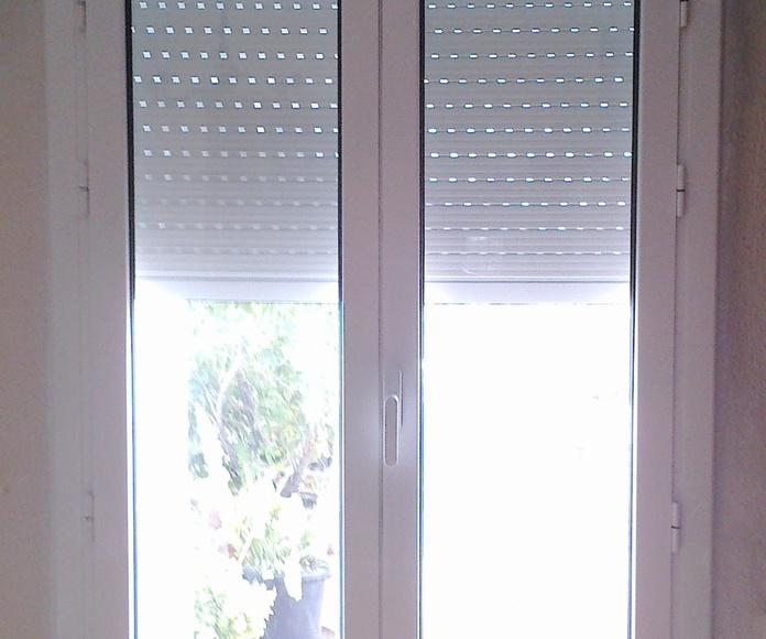 Puerta dos hojas correderas con registro de persiana.