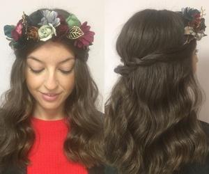Melena con ondas y corona de flores para pelo: una invitada de boda perfecta también en invierno!