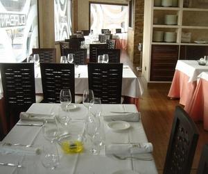 Conjunto de sillas y mesa para restaurantes