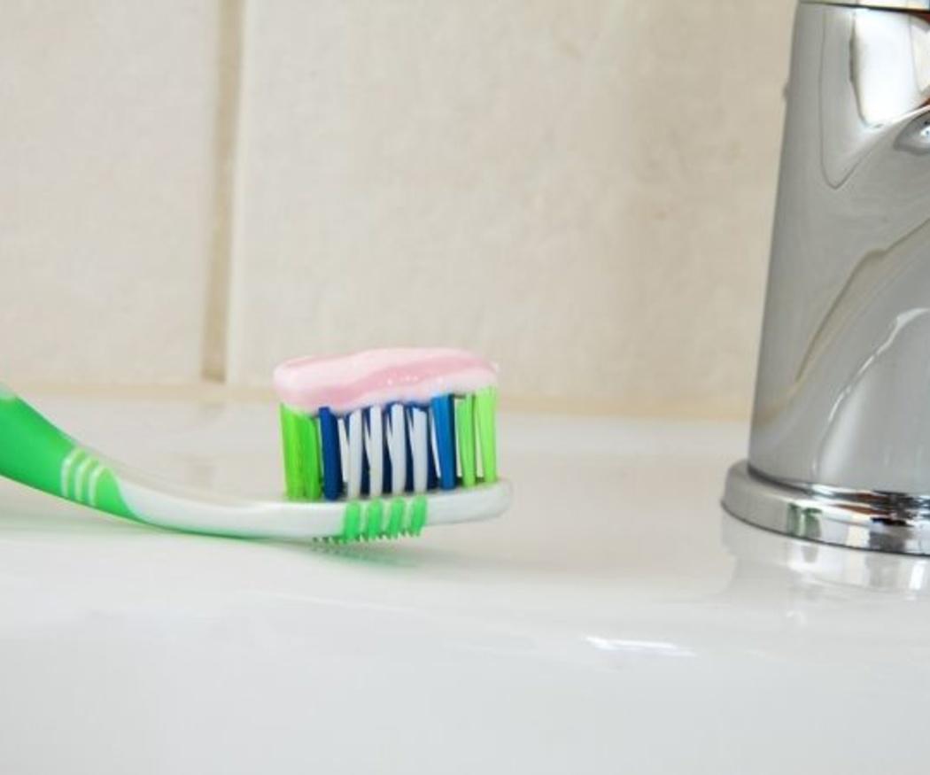 Cepillarse los dientes con aparato