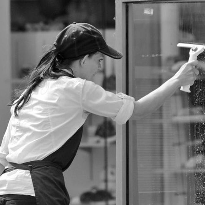 Así se limpian los cristales de las puertas