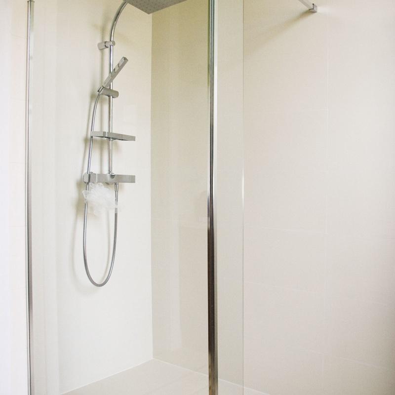 Plato de ducha a ras de suelo, realizados con AKRON un material compuesto por resinas y minerales naturales que alcanza unos altos niveles de higiene y estabilidad. Se sirven en varias texturas y colores, además de fabricarse a medida.