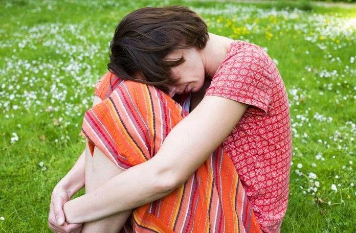 Estar solo/a o no tener dinero para ir de vacaciones puede desencadenar depresión en esta época del año