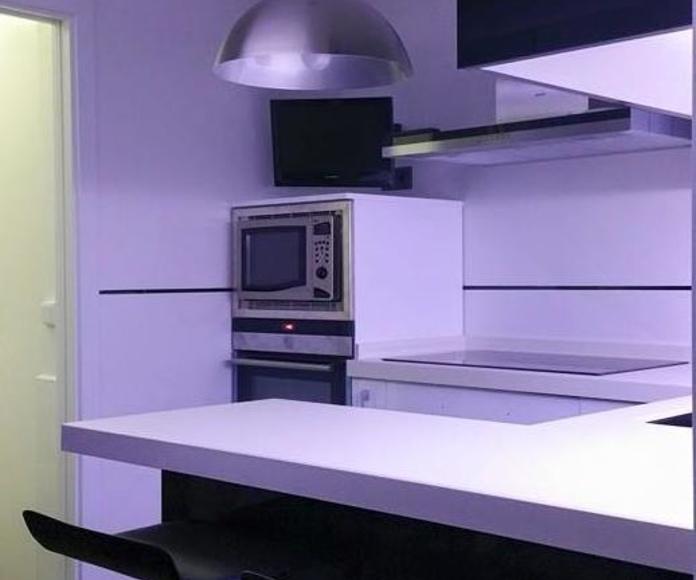 modelo de cocina luxe blanco y negro con encimera de porcelana blanco nieve